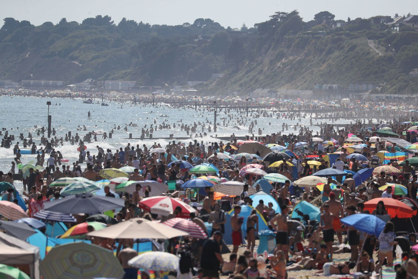 Briti si už s karanténou veľké starosti nerobia. V najteplejší deň v roku ich na plážach boli tisíce