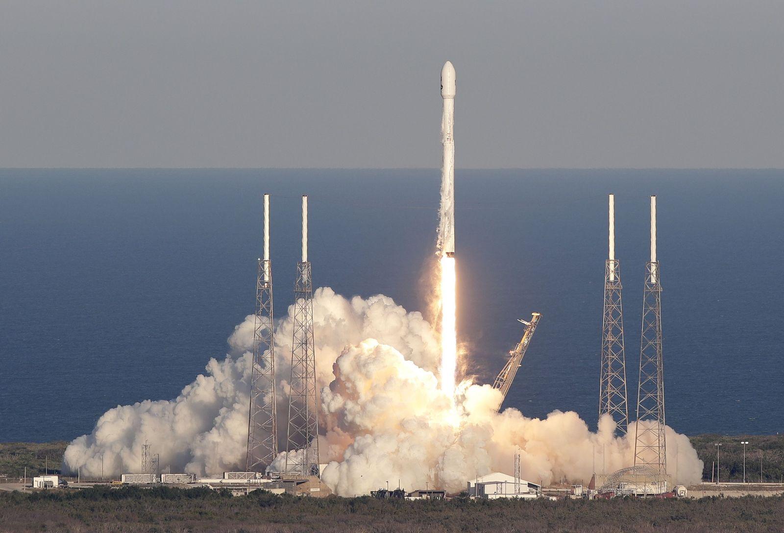 NASA vraj SpaceX prepláca školenia o drogách. Môže za to Muskovo fajčenie marihuany
