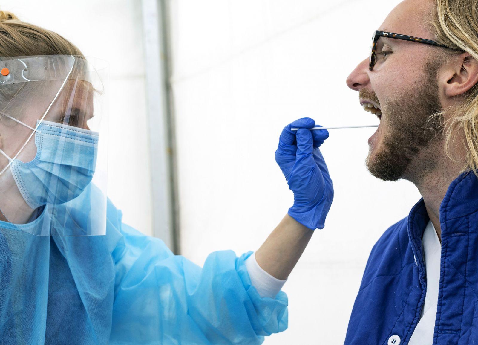 Je tu nový príznak koronavírusu. Po škvrnách na koži sa podobné rany objavujú aj v ústak pacientov