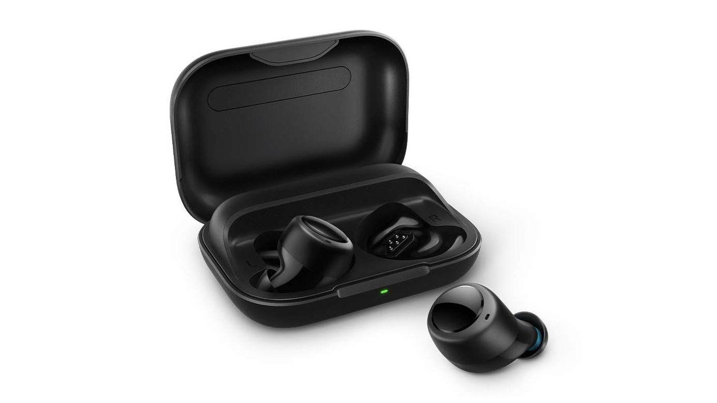 Zamestnanec Amazonu hovoril o svojich nových slúchadlách. S konkurenčnými Apple AirPods v ušiach
