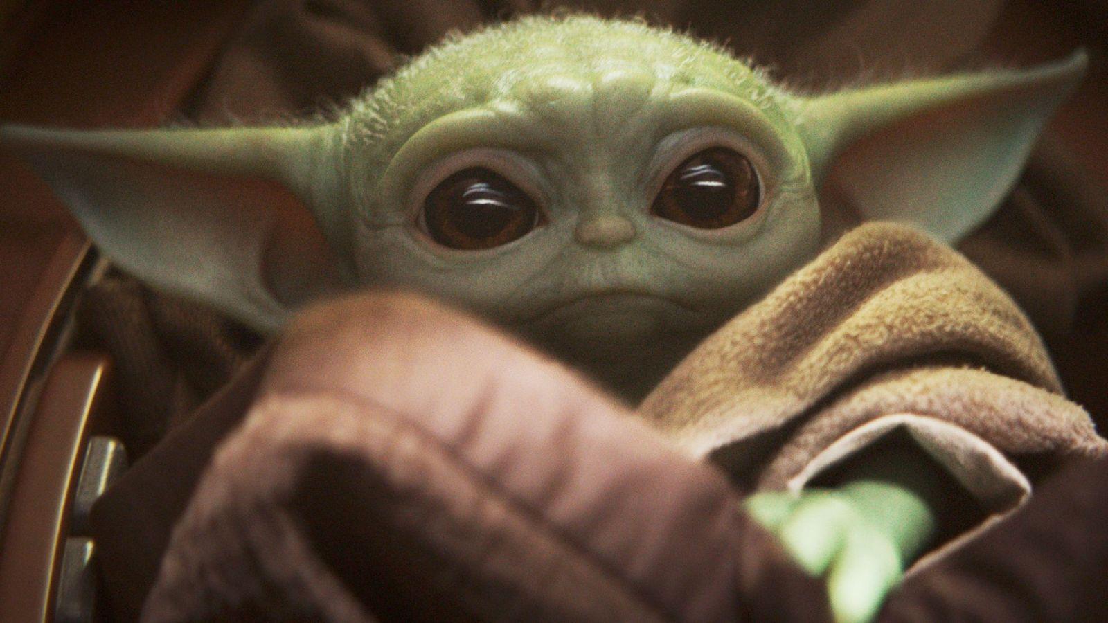 Baby Yoda pobláznil internet. Disney ho začína tlačiť na tričká, hrnčeký a ďalší merch
