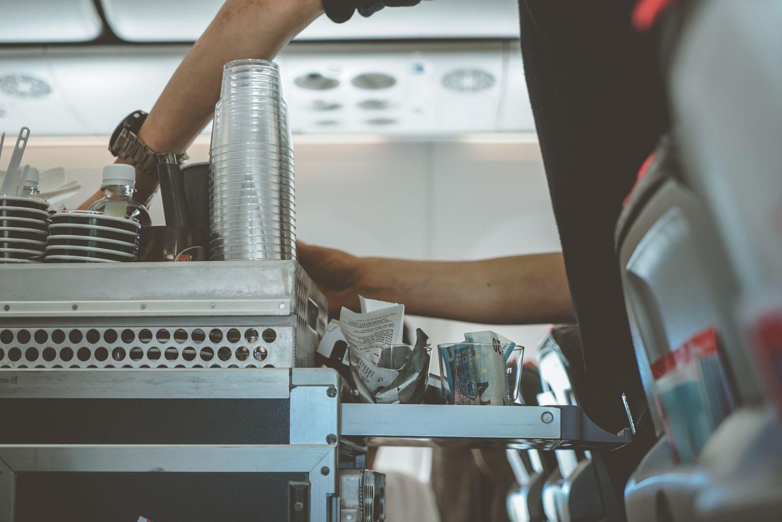 Nová štúdia varuje: v lietadle radšej nepi rozlievanú vodu a neumývaj si ruky na toalete