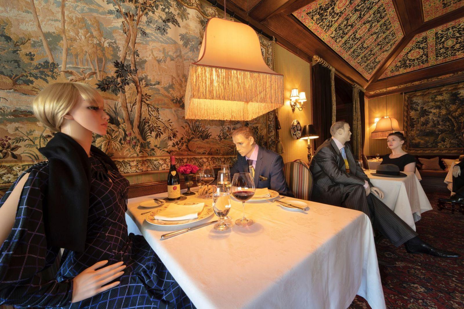 Social-distancing v americkej reštaurácii? K susedným stolom posadia figuríny, aby si sa necítil sám
