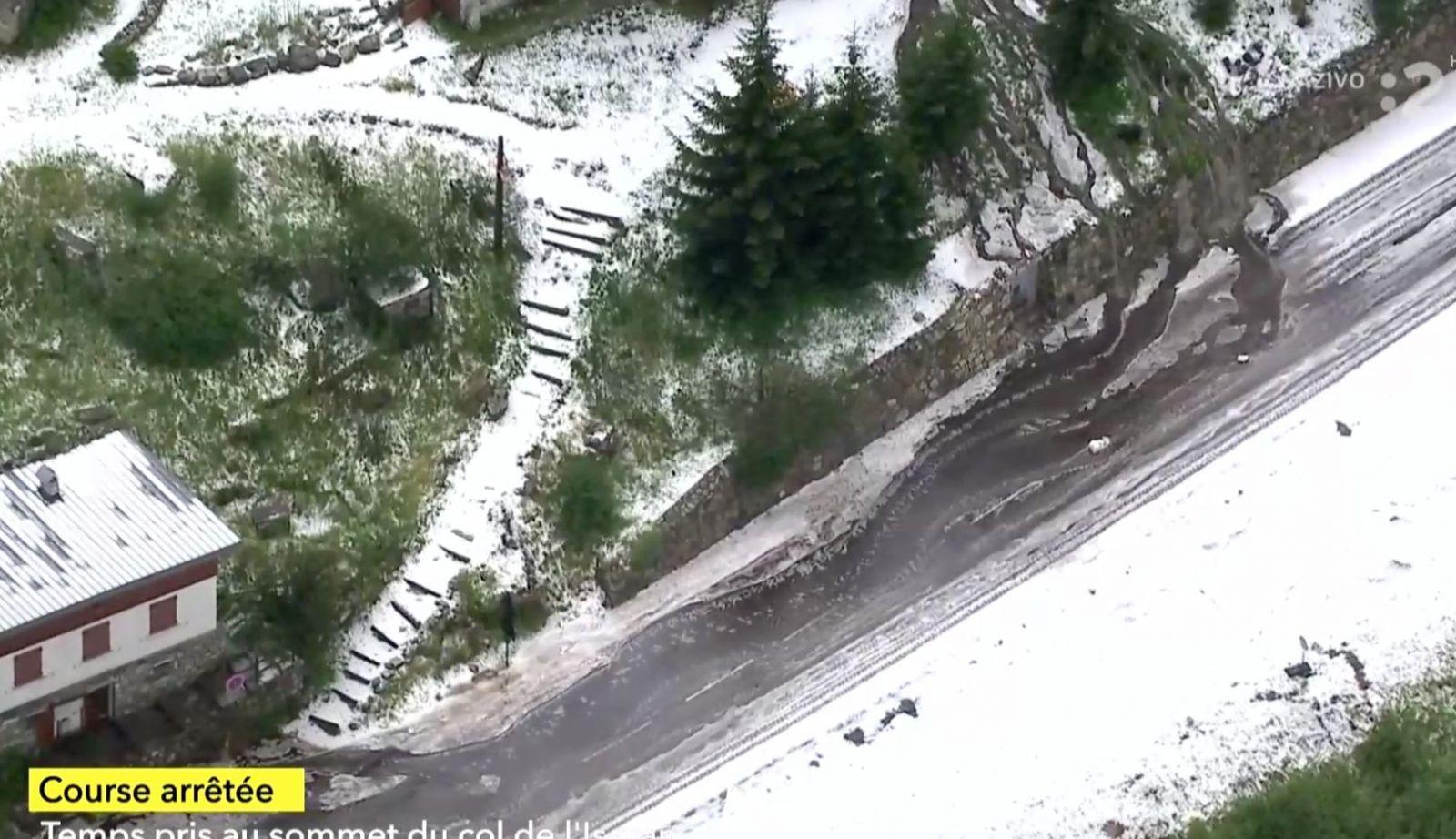 Sneh a zosuv pôdy na Tour de France spôsobili problémy, etapu museli pozastaviť