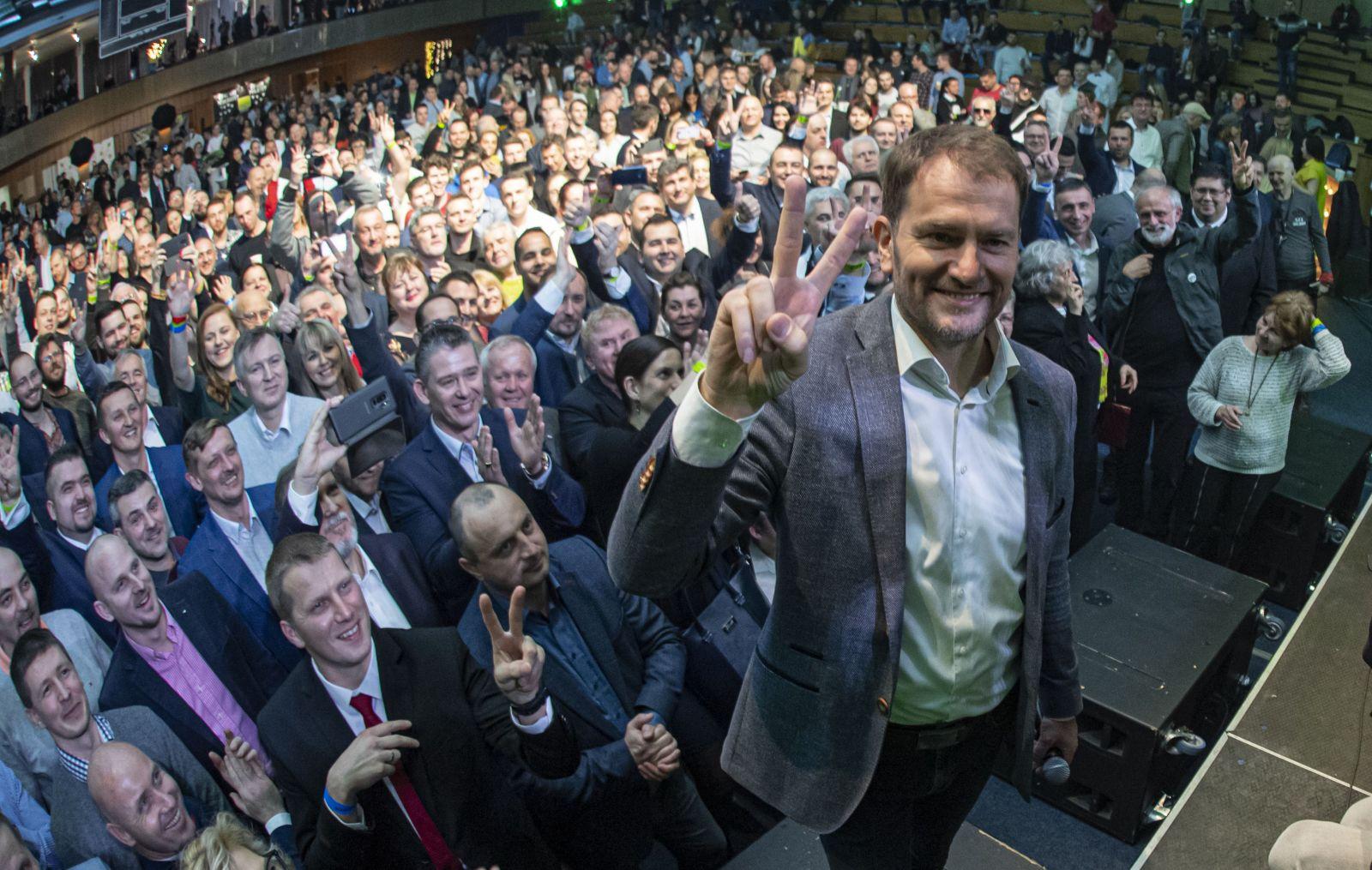 Na snímke líder OĽaNO Igor Matovič pózuje fotografom s volebnými kandidátmi a účastníkmi volebnej noci v centrále strany o zverejnení prvých odhadov po voľbách do NR SR v Trnave 29. februára 2020.
