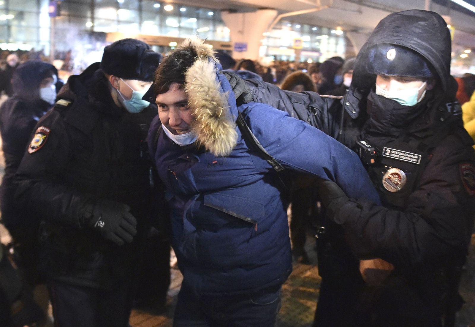 Ruského opozičného lídra Alexeja Navaľného zatkli po pristáti v Moskve. Domov sa vrátil po zotavení sa z otravy jedom