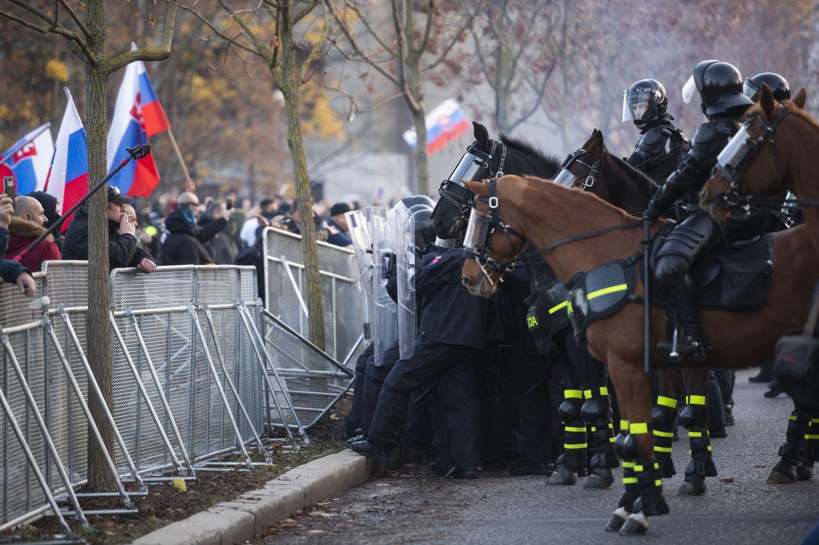 Demonštranti počas protivládneho protestu pred Úradom vlády v Bratislave 17. novembra