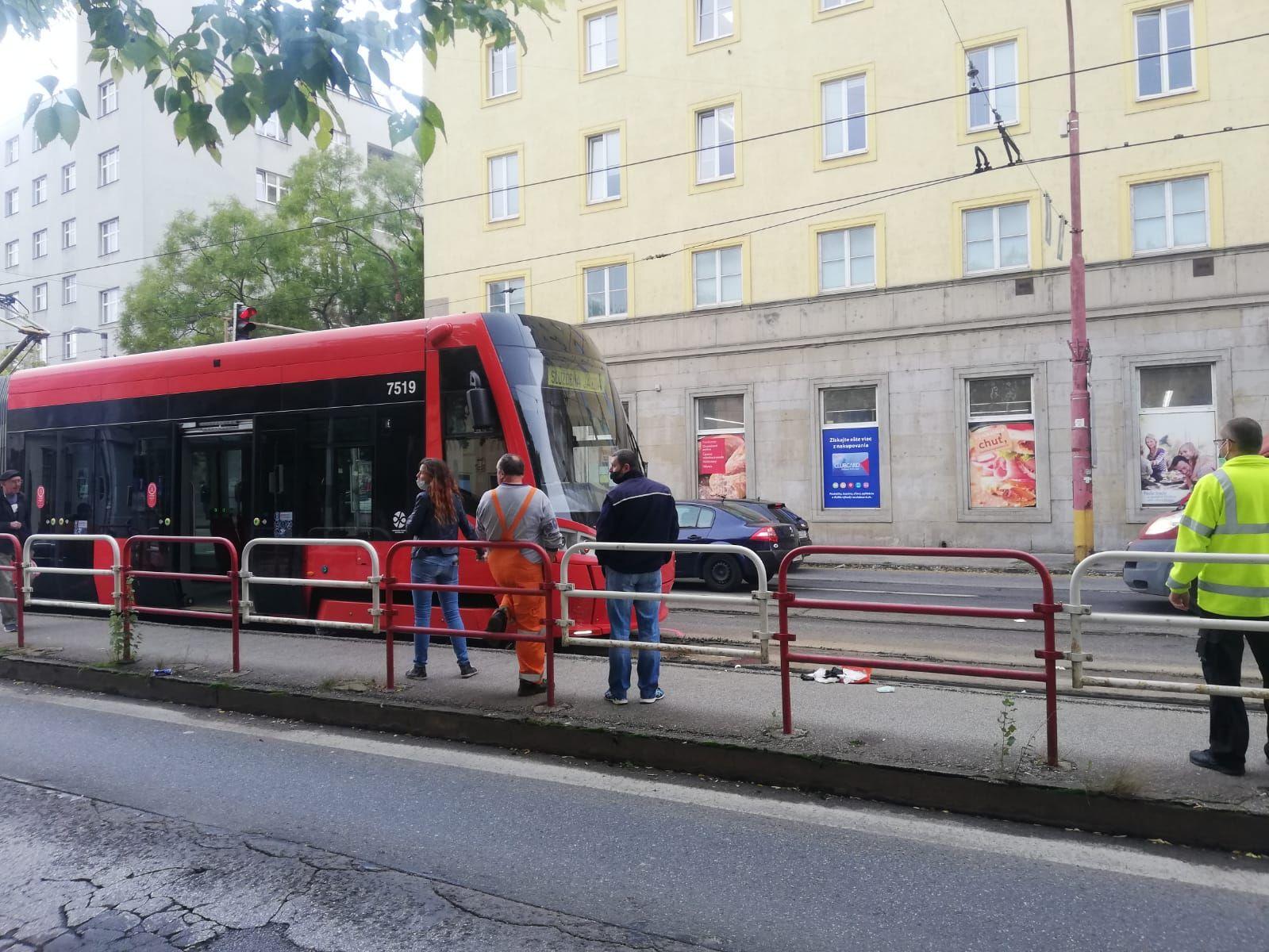 V Bratislave na Americkom námestí zrazila električka chodca