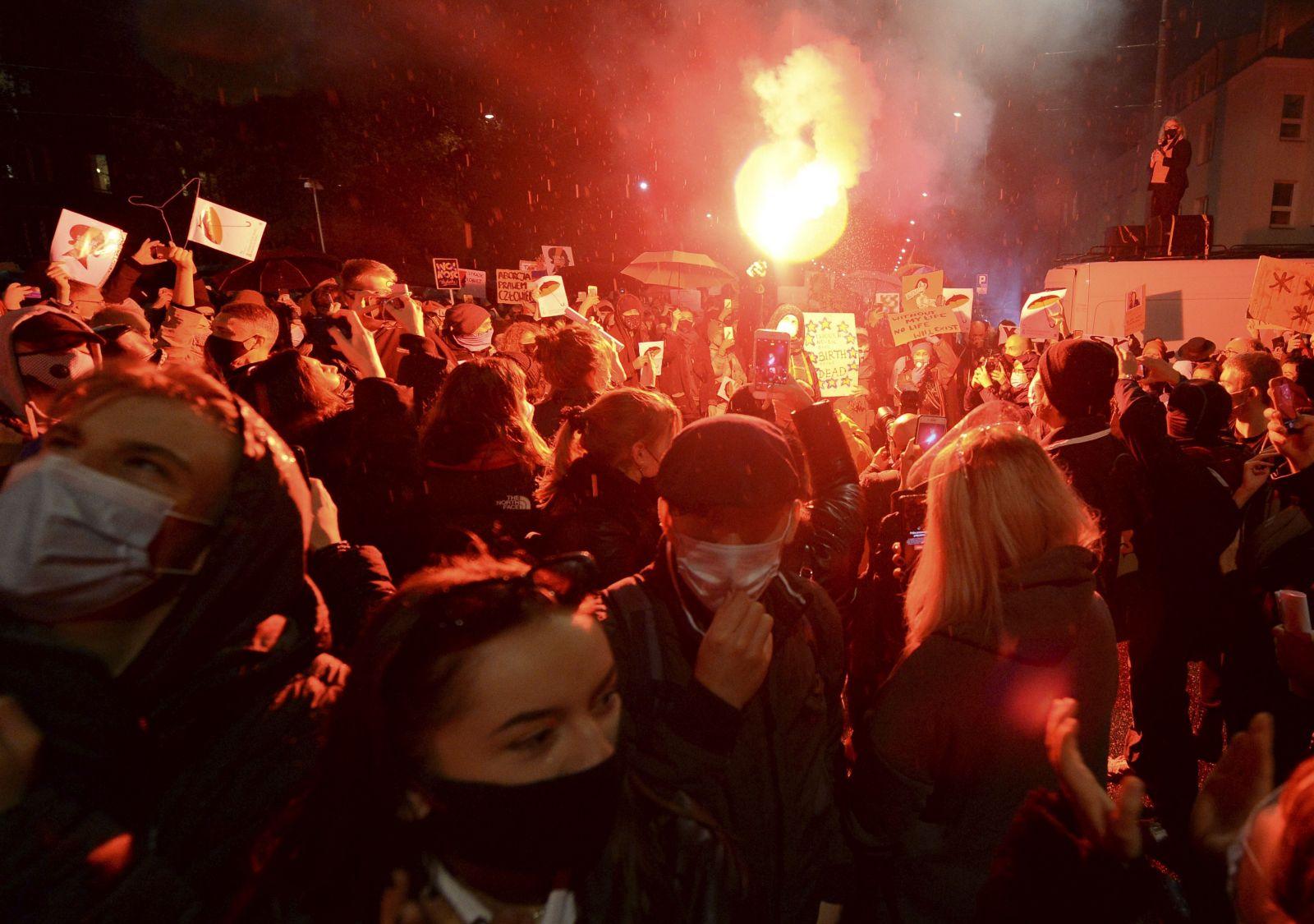 V Poľsku zakázali takmer všetky potraty. Tisícky žien protestujú v uliciach miest