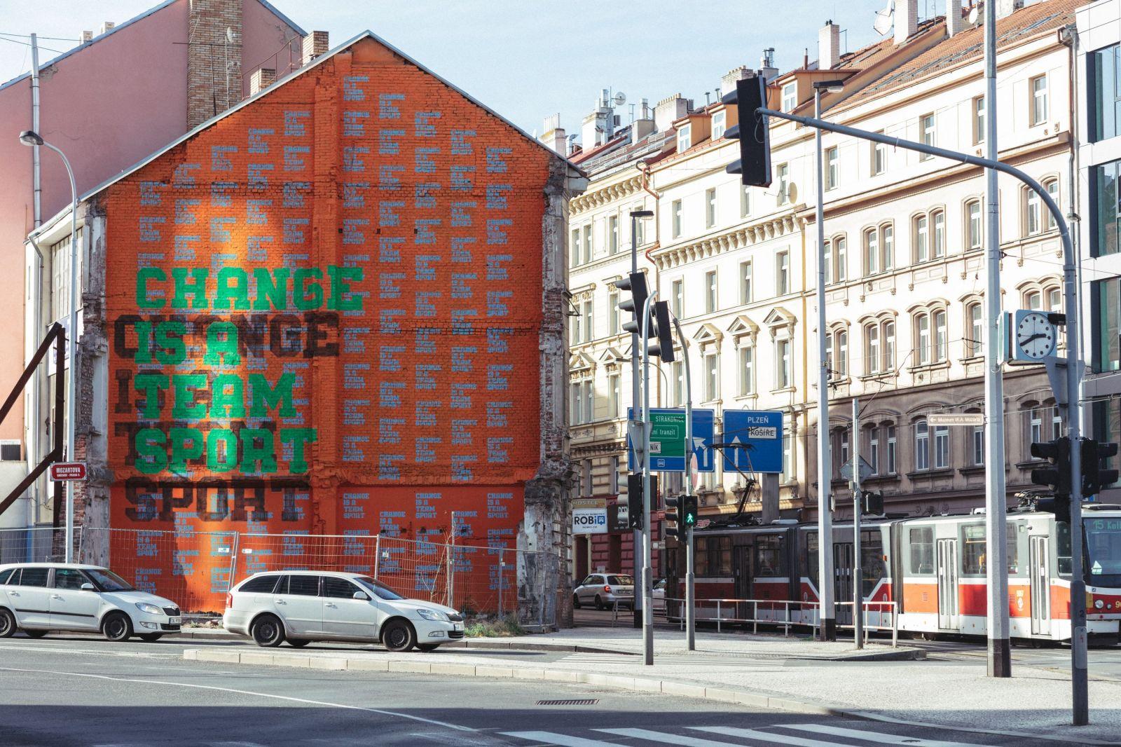 adidas mení v spolupráci s Lousy Auberom ulice Prahy na jednu veľkú umeleckú inštaláciu (Reportáž)