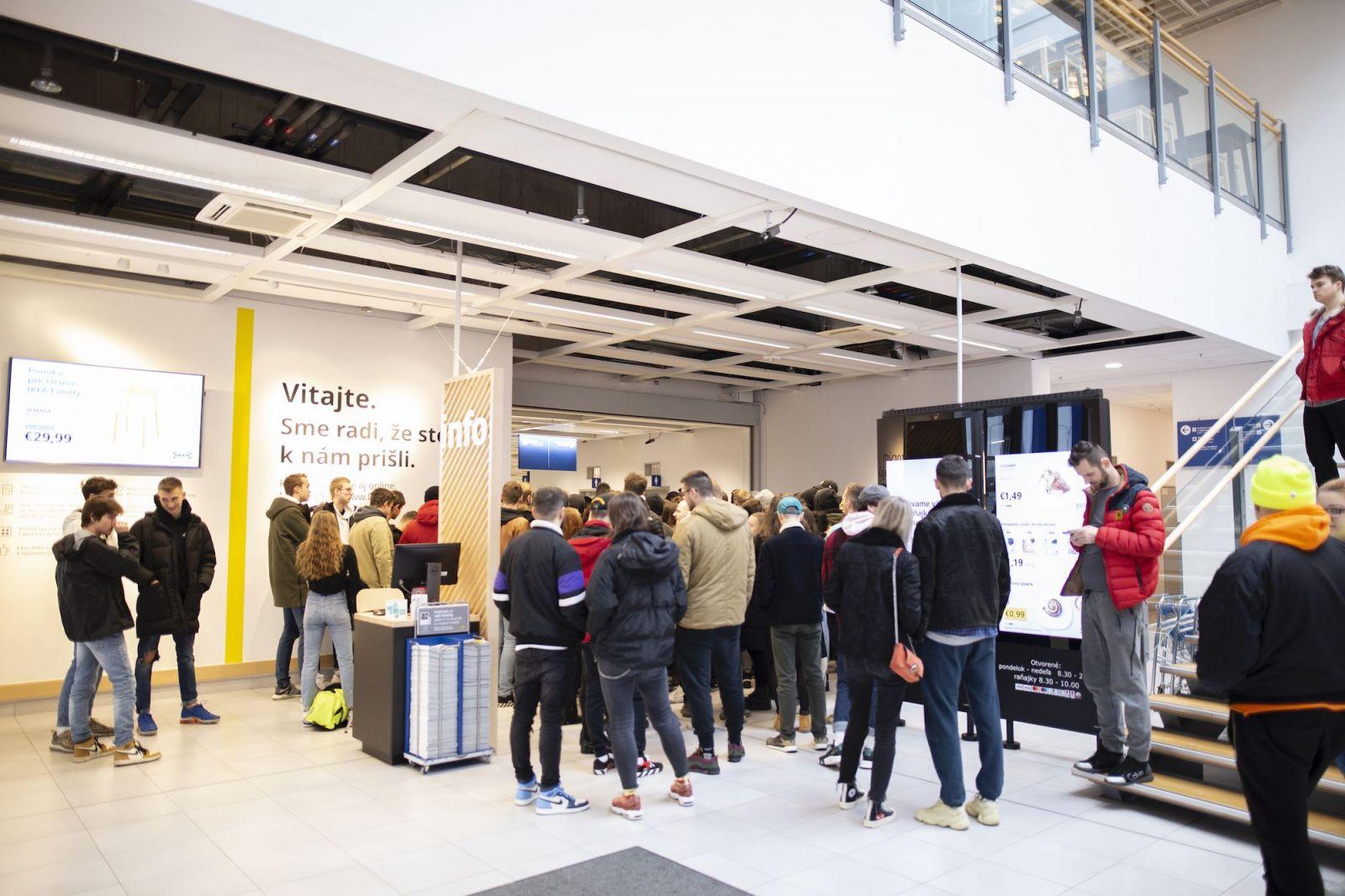 Šialenstvo v bratislavskej predajni IKEA. Na koberce od Virgila Abloha čakali desiatky ľudí už od rána (Report)