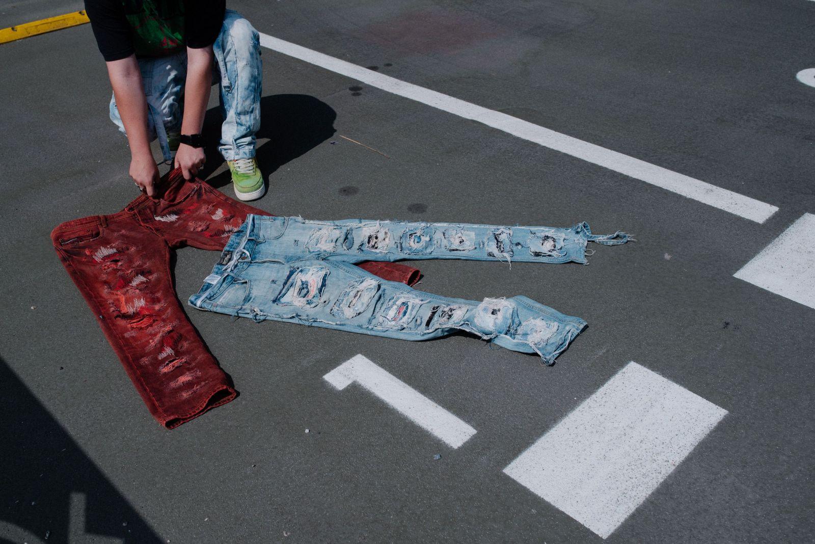 Prince in Jeans: Pre celebrity upravujem jeansy v hodnote stoviek eur