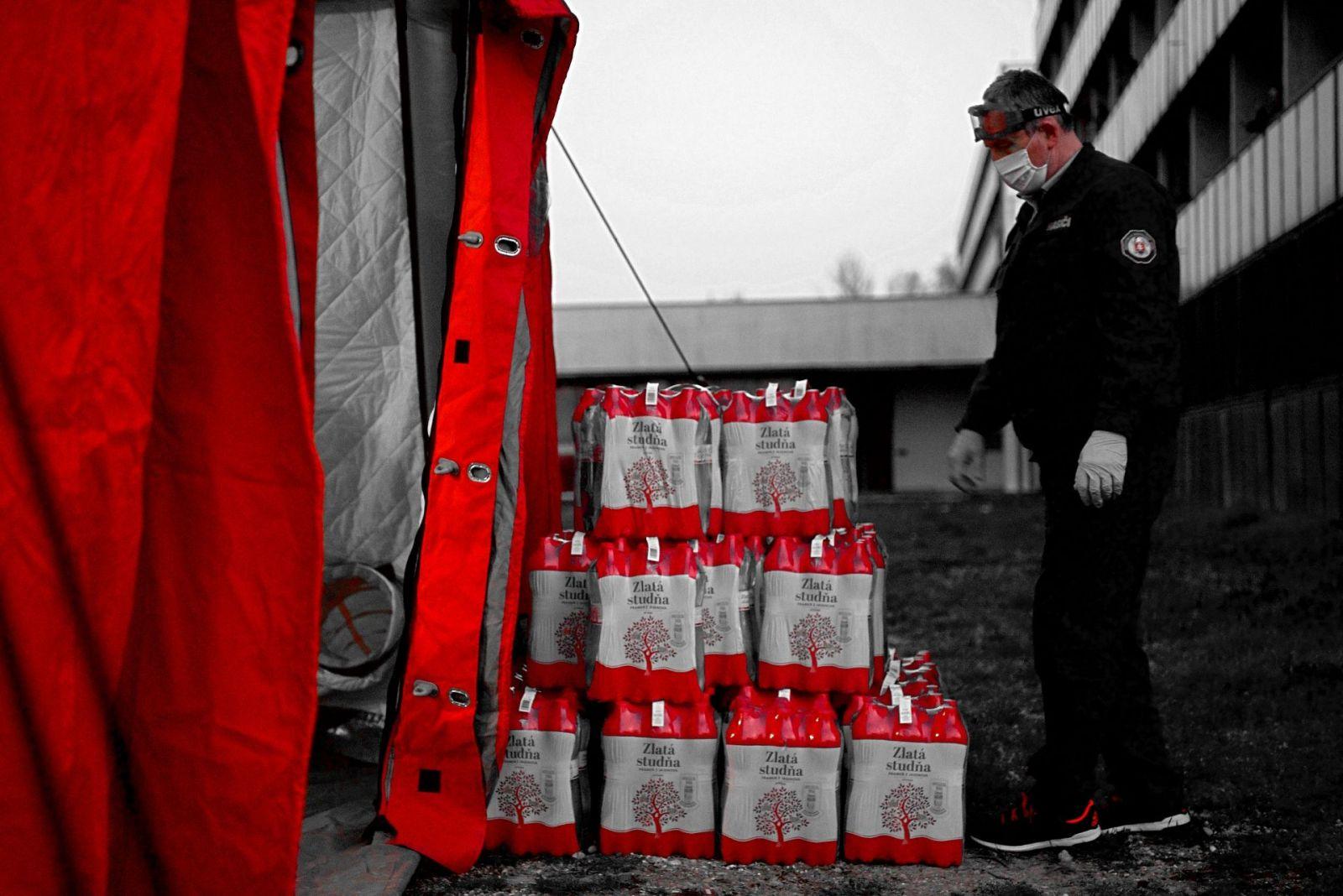 Budiš pomáha vyčerpaným z cesty na Slovensko dodržiavať pitný režim. Zásobí karanténne centrá aj hraničné priechody