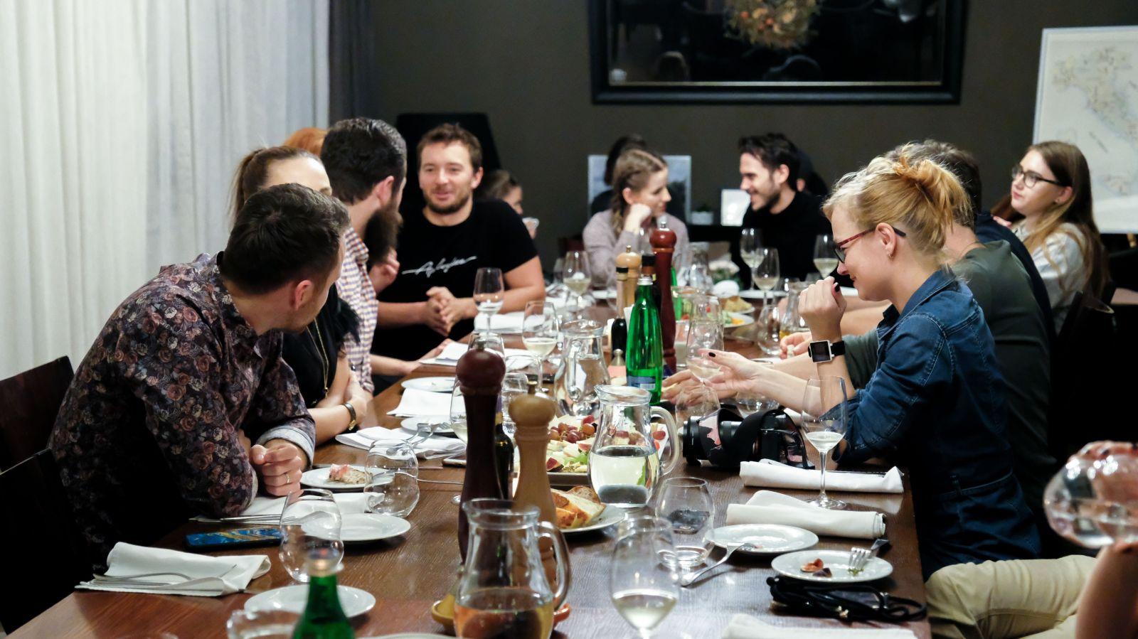 Nejlepší večeře je ta, kterou si vychutnáváš s přáteli. Navíc díky tomu můžeš udělat dobrý skutek