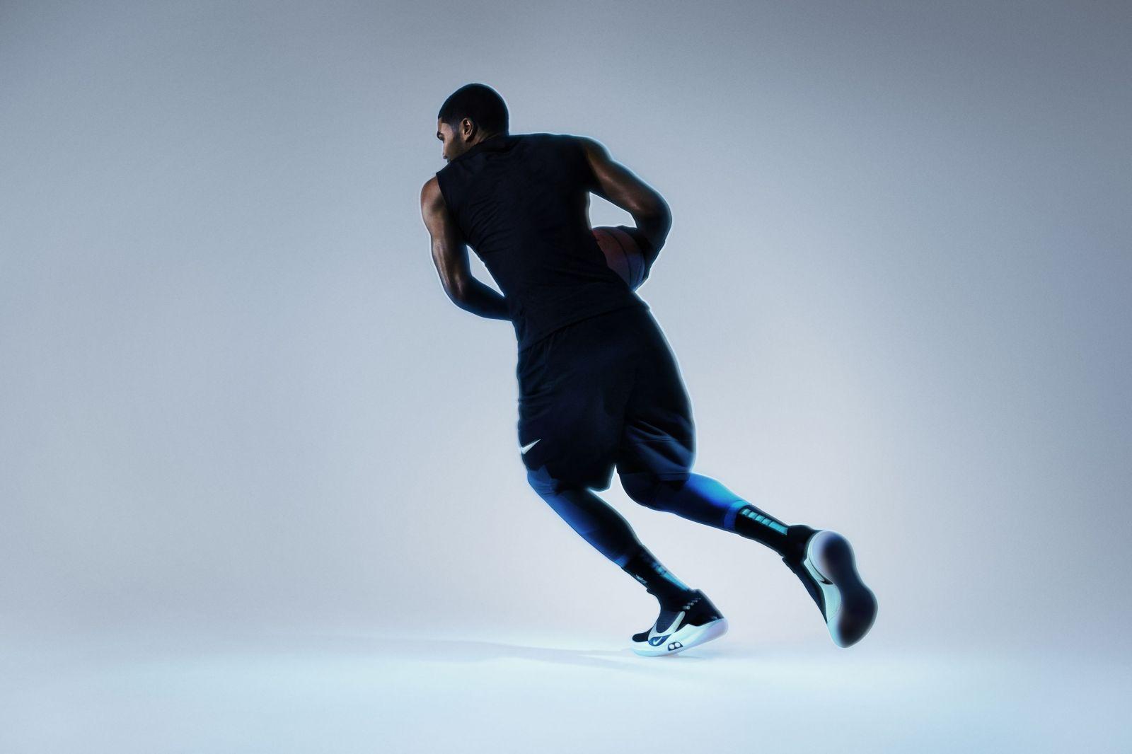 9900a2f97e899 Šnúrky na revolučných teniskách od Nike si zaviažeš cez iPhone ...