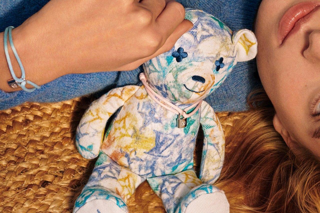 Louis Vuitton vytvoril plyšového medvedíka pre UNICEF. Z predajnej sumy 800 eur však organizácii poputuje priblížne 20 %