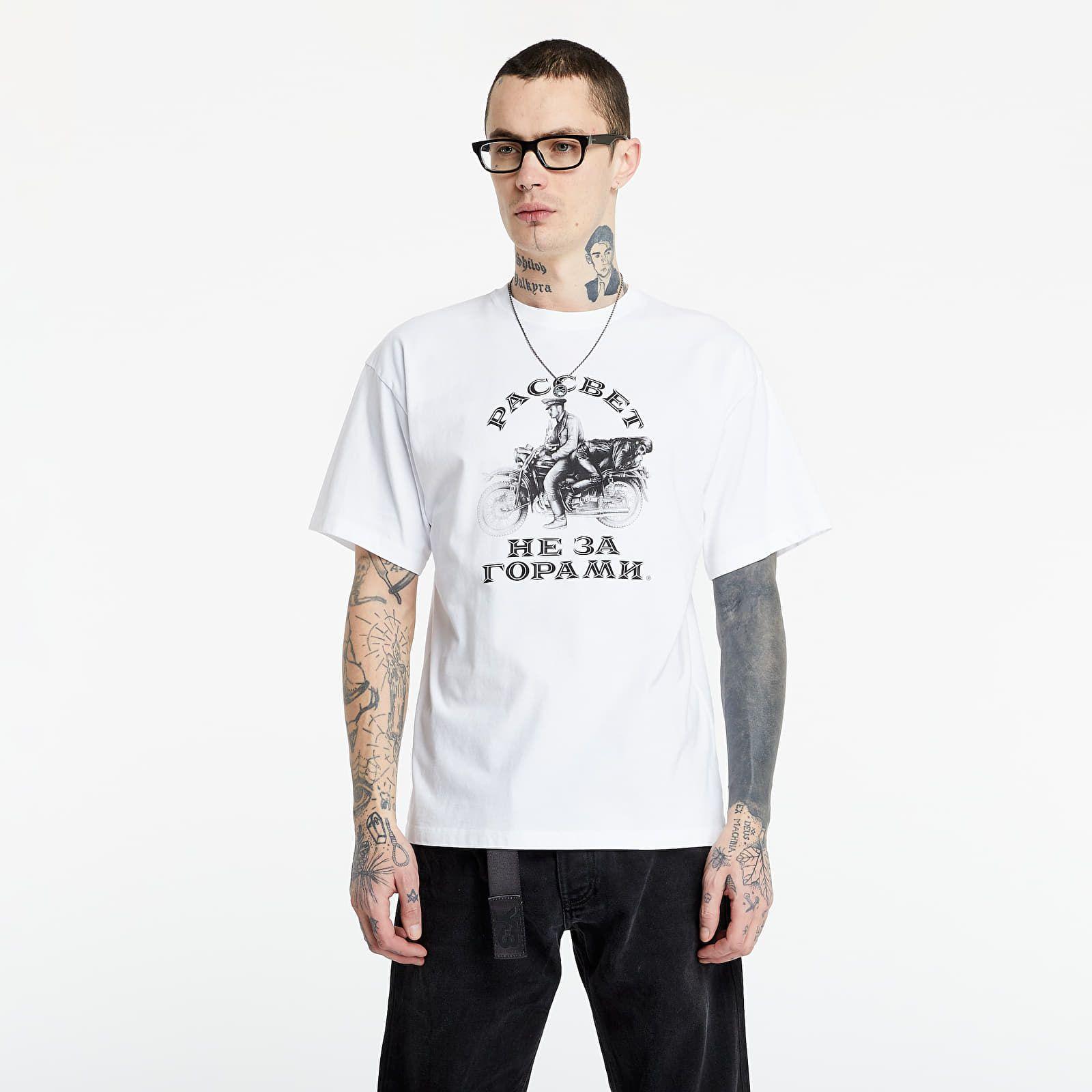 Biele tričko je skvelým základom jarných outfitov. Vybrali sme najzaujímavejšie kúsky pre každý rozpočet