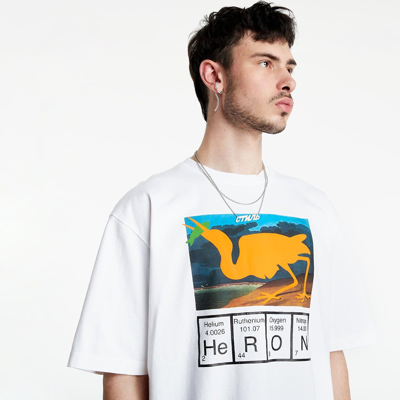 Vybrali sme 20 najzaujímavejších tričiek na letné obdobie pre mužov aj ženy. Hitom sú čisto biele či batikované kúsky