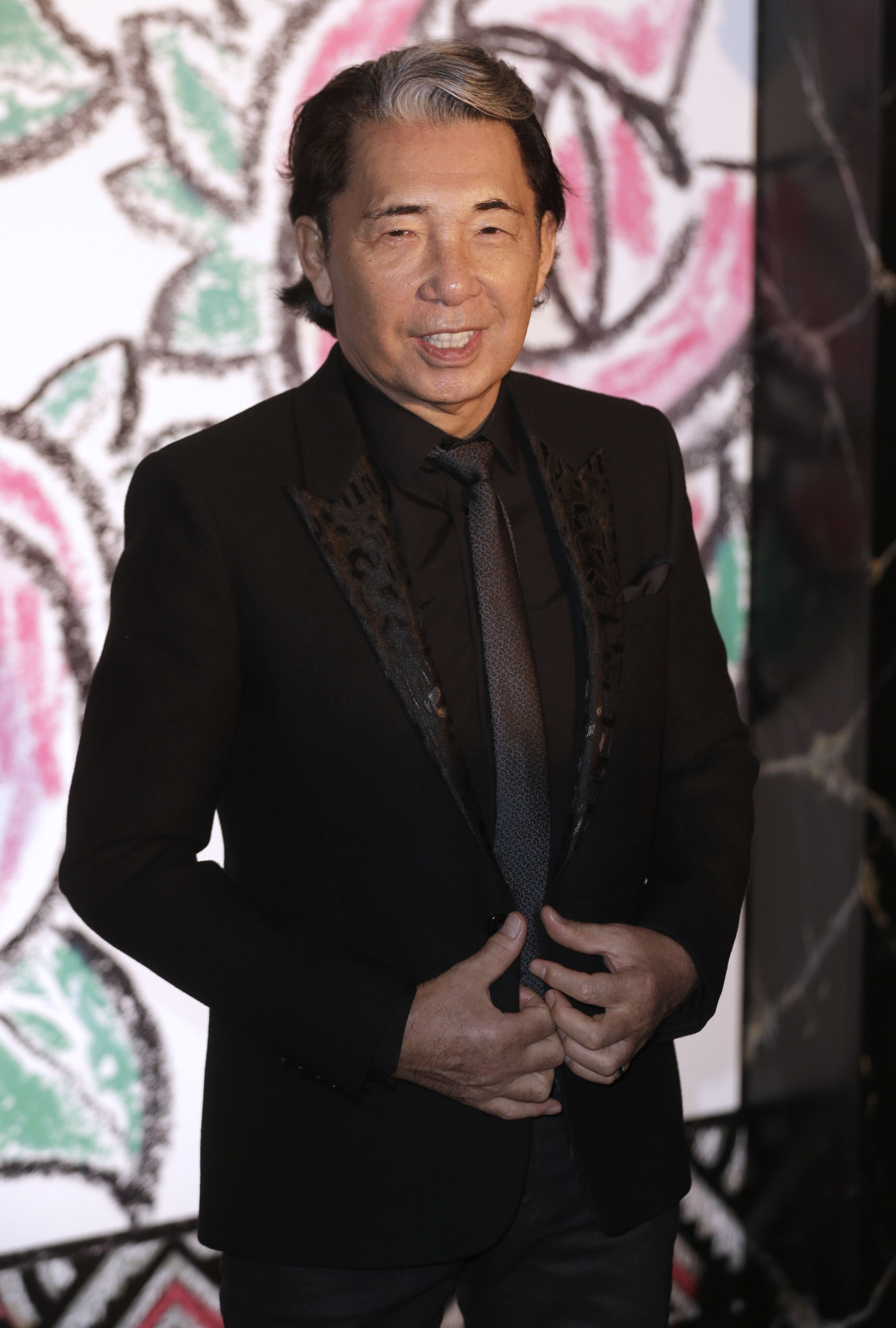 Zakladateľ módnej značky KENZO podľahol koronavírusu po niekoľkých týždňoch choroby