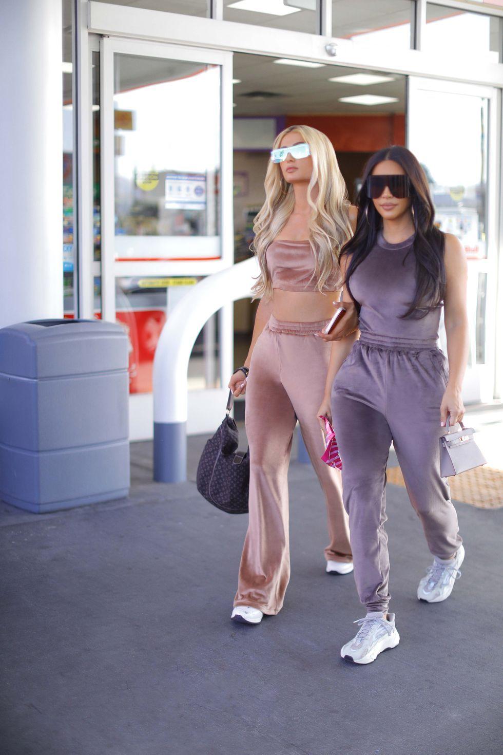Je móda zo začiatku tohto milénia späť? Kim Kardashian a Paris Hilton vyťahujú zamatové súpravy ako v časoch najväčšej slávy
