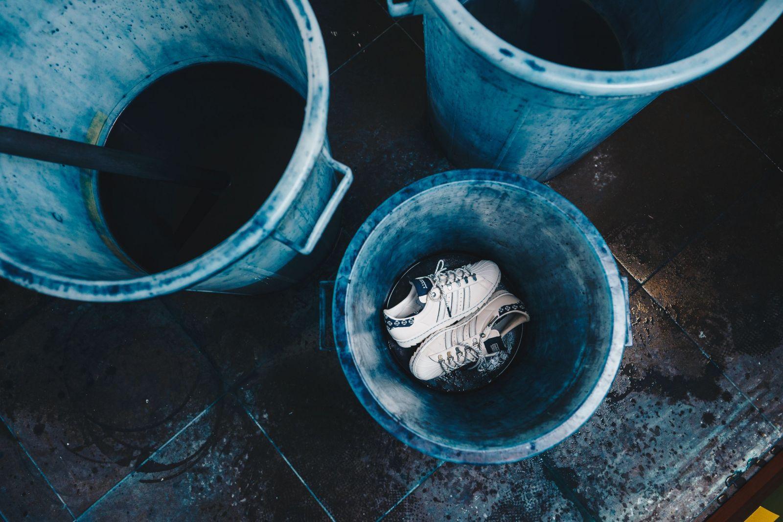 50. výročie siluety Superstar oslavuje adidas spoluprácou s Footshopom, ktorá je v znamení modrotlače