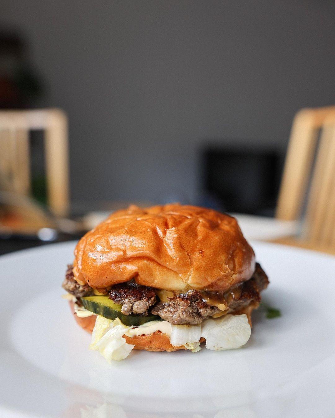 Kde si dáš v Bratislave najlepší burger? Zostavili sme pre teba top 10!