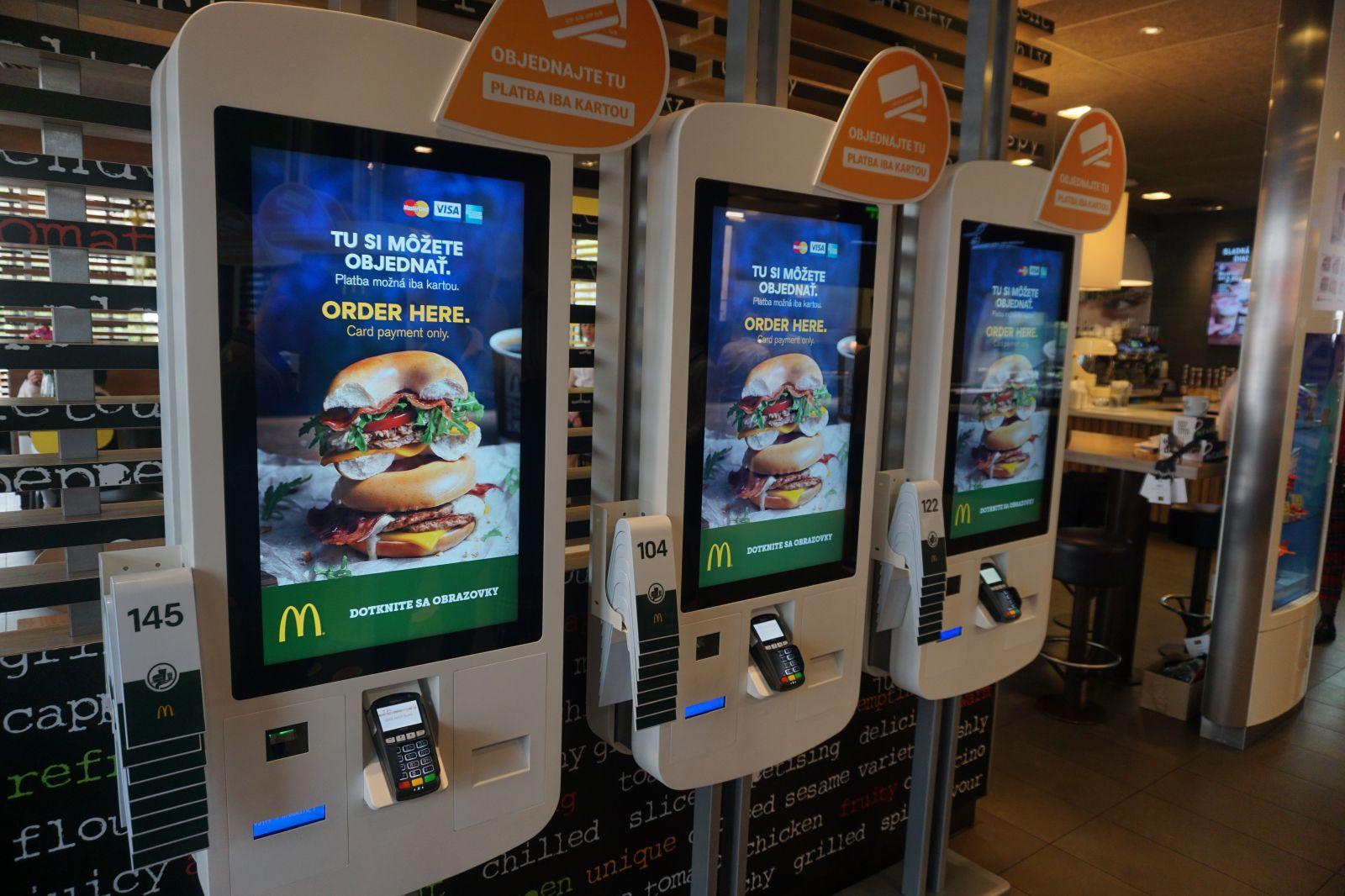 McDonald's zásadne mení svoje predajne. Jedlo ti donesú až k stolu a burger si môžeš postaviť podľa seba