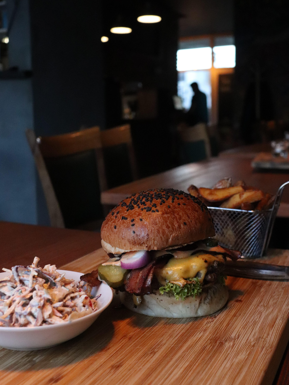 Kde si dáš v Bratislavě nejlepší burger? Sestavili jsme pro tebe top 10!