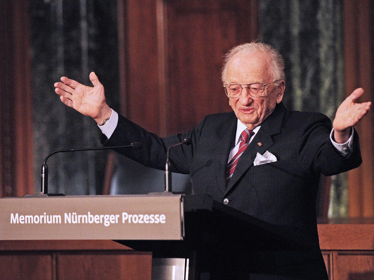 Odsúdil najbeštiálnejšiu skupinu nacistov a dnes je posledným žijúcim žalobcom Norimberských procesov