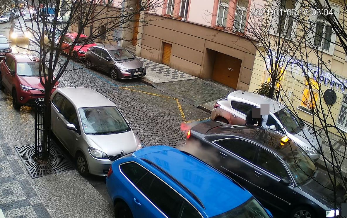 Muž na pražských Vinohradech surově zmlátil ženu, nacpal ji do auta a odjel