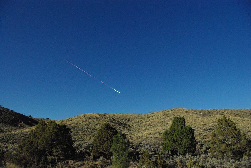 Na snímke meteorit nad americkým mestom Reno 22. apríla 2012. Obrovská ohnivá guľa, ktorá explodovala v nedeľu ráno za denného svetla nad kalifornským údolím Central Valley, bola podľa vedcov meteoritom o veľkosti dodávky.  Horiaci predmet bol oveľa väčší ako väčšina meteoritov a keď v nedeľu ráno vstúpil do atmosféry Zeme s hlasným treskom, bolo ho vidno od Sacramenta po Las Vegas i v častiach severnej Nevady.