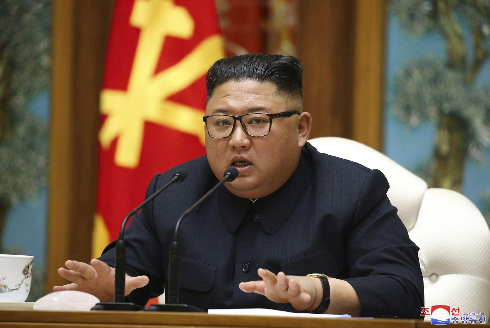 Na archívnej snímke z 11. apríla 2020 severokórejský vodca Kim Čong-un predsedá sobotňajšiemu zasadnutiu vládnej Kórejskej strany práce (KSP) v Pchjongjangu.