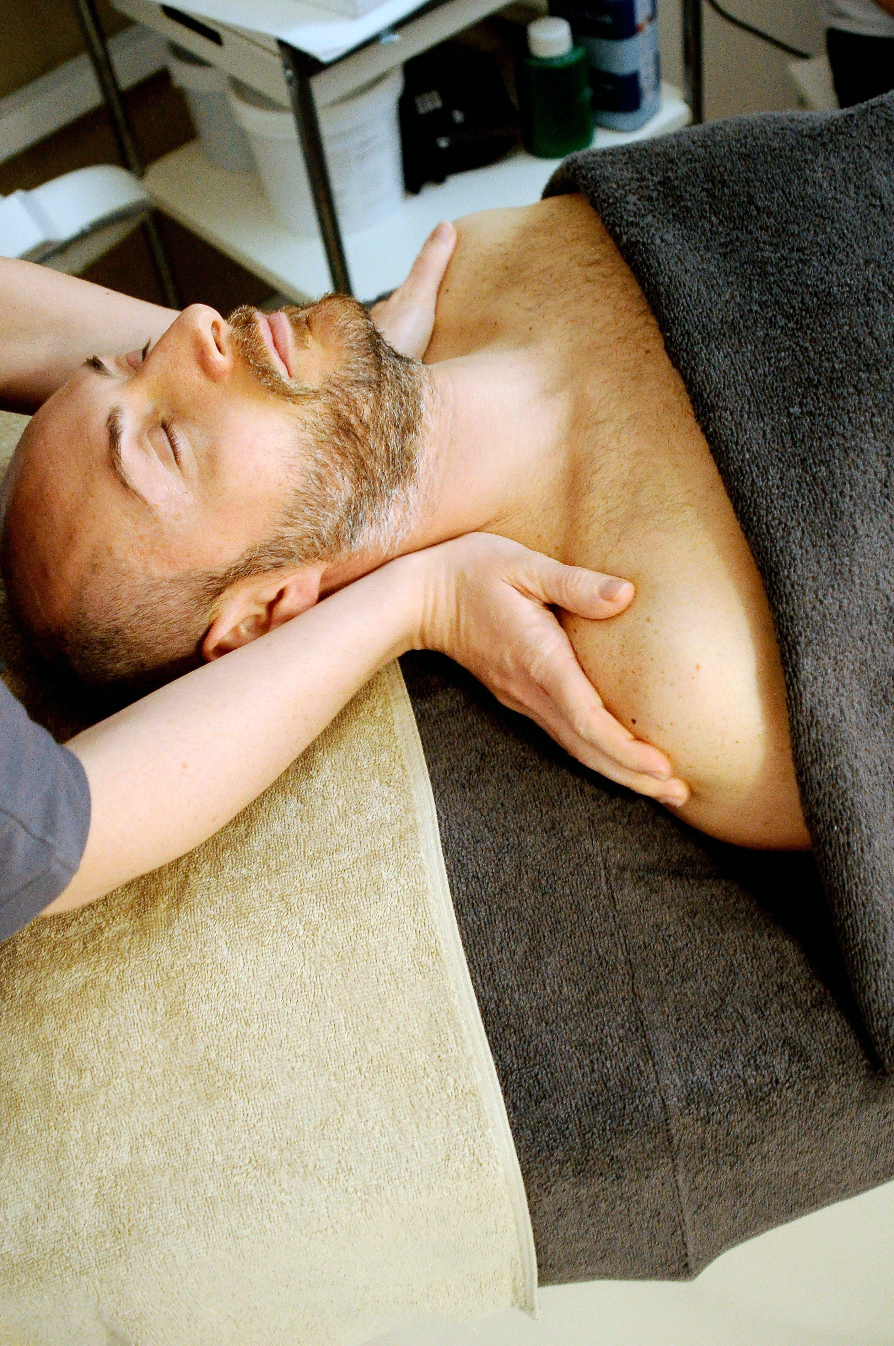 Môžeš sa pri tantrickej masáži dotknúť masérky? Je bežné, že človek dosiahne orgazmus? Opýtali sme sa profesionálky (Rozhovor)