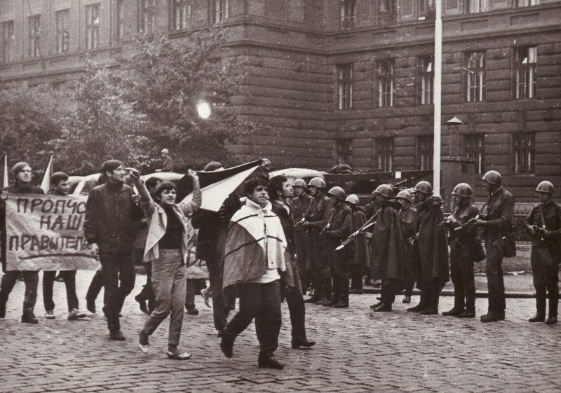 Pozri si videá, ako prebiehal vpád vojsk na územie Československa v roku 1968. Dnes si pripomíname smutné výročie