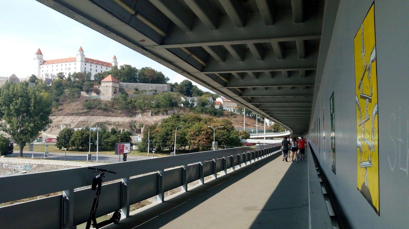 V rámci výstavy o tolerancii na Moste SNP v Bratislave visia desiatky plagátov. Tie s protinacistickou tematikou niekto ukradol