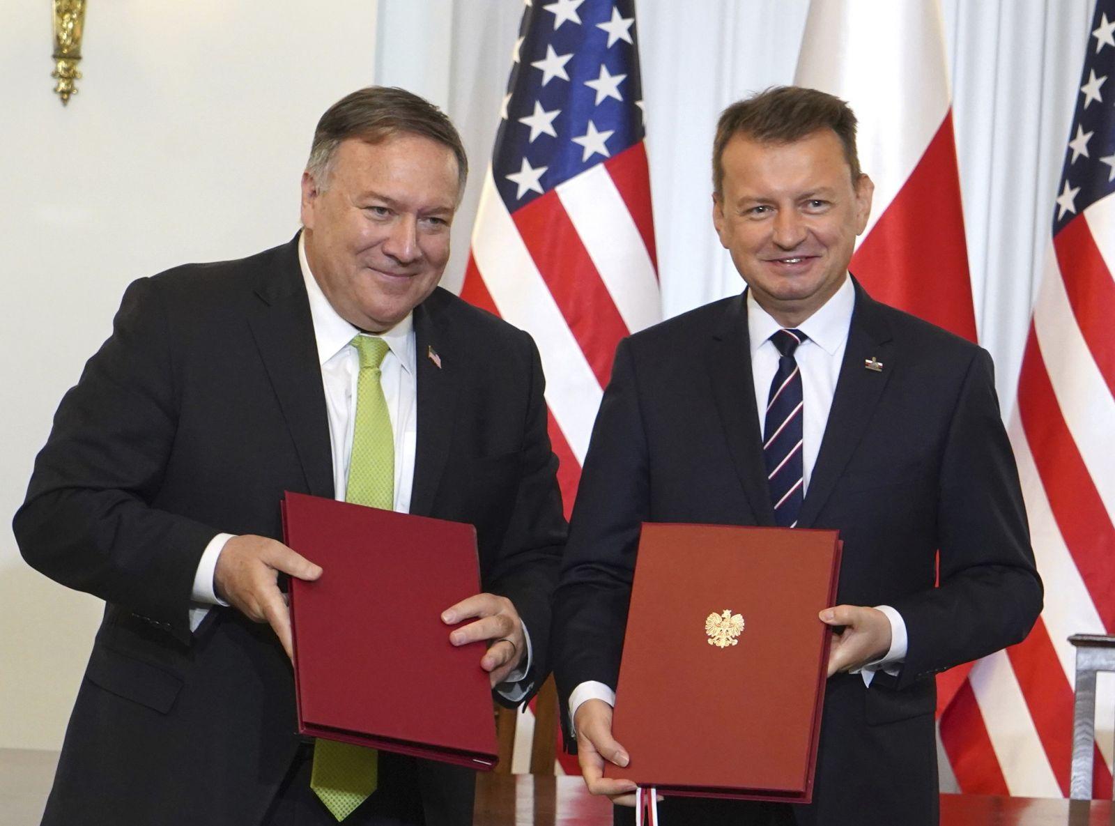 Americký minister zahraničných vecí Mike Pompeo (vľavo) a poľský minister obrany Mariusz Blaszczak pózujú po podpise dohody o vojenskej spolupráci, ktorá zahŕňa zvýšenie počtu amerických vojakov v Poľsku, 15. augusta 2020 vo Varšave