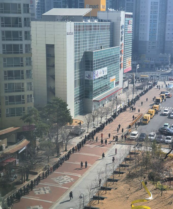 Koronavírus: V Číne organizujú online párty pre ľudí v karanténe, v Južnej Kórey čakajú hodiny v rade na ochranné rúška