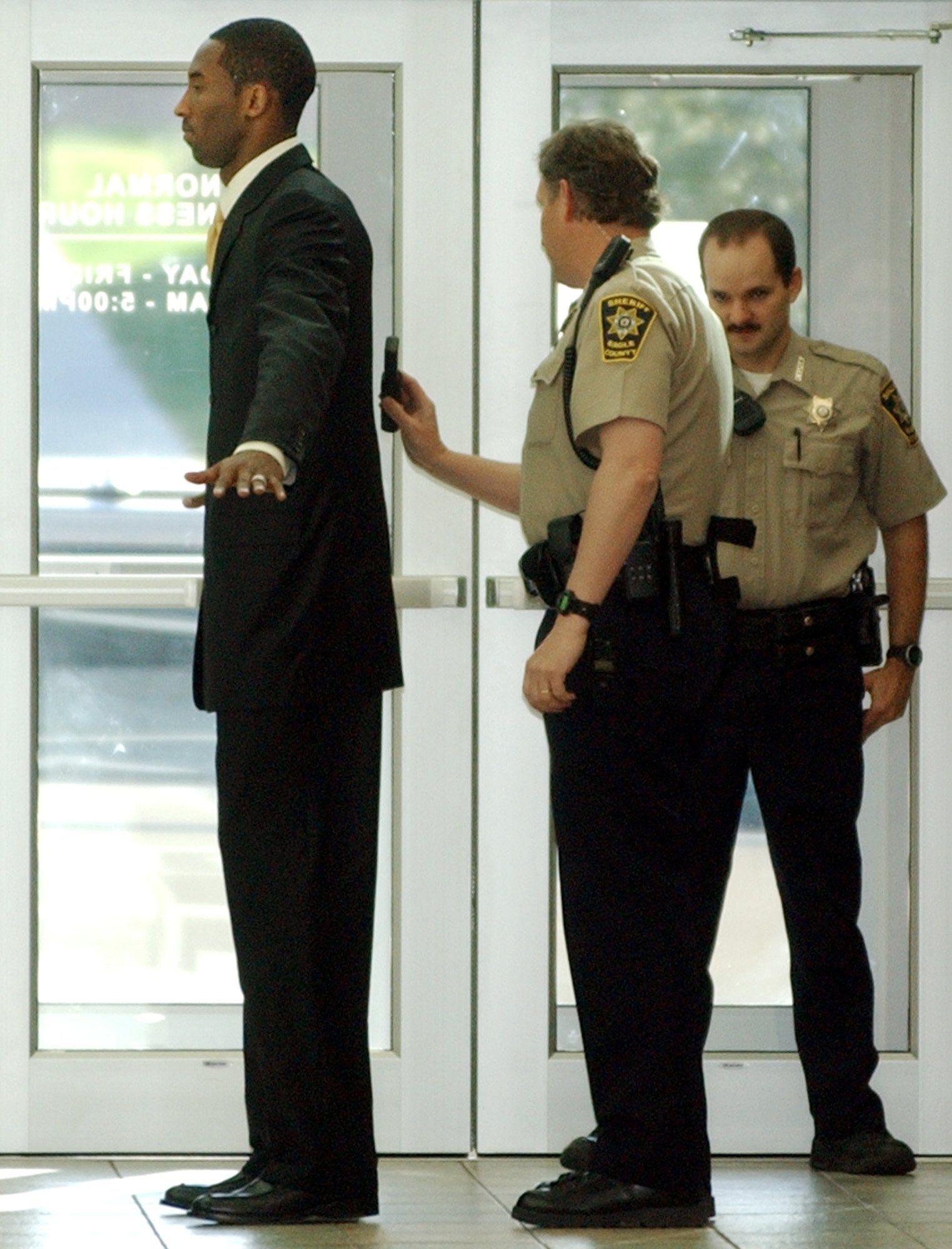 Kobe Bryant prechádza cez bezpečnostnú kontrolu 11. mája 2004 pri príchode do budovy súdu v meste Eagle, kde hviezda NBA čelí obvineniu zo znásilnenia mladej ženy.