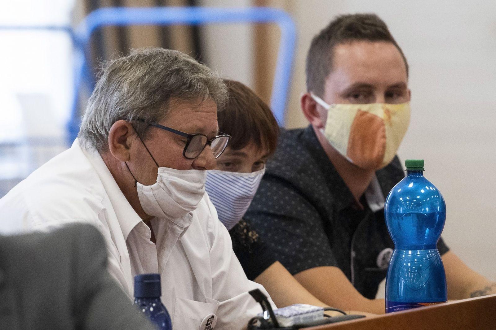 Na snímke zľava rodičia Jána Kuciaka Jozef a Jana Kuciakovci a brat Jozef Kuciak počas hlavného pojednávania v kauze vraždy Jána Kuciaka a Martiny Kušnírovej na Špecializovanom trestnom súde v Pezinku 23. júla 2020.