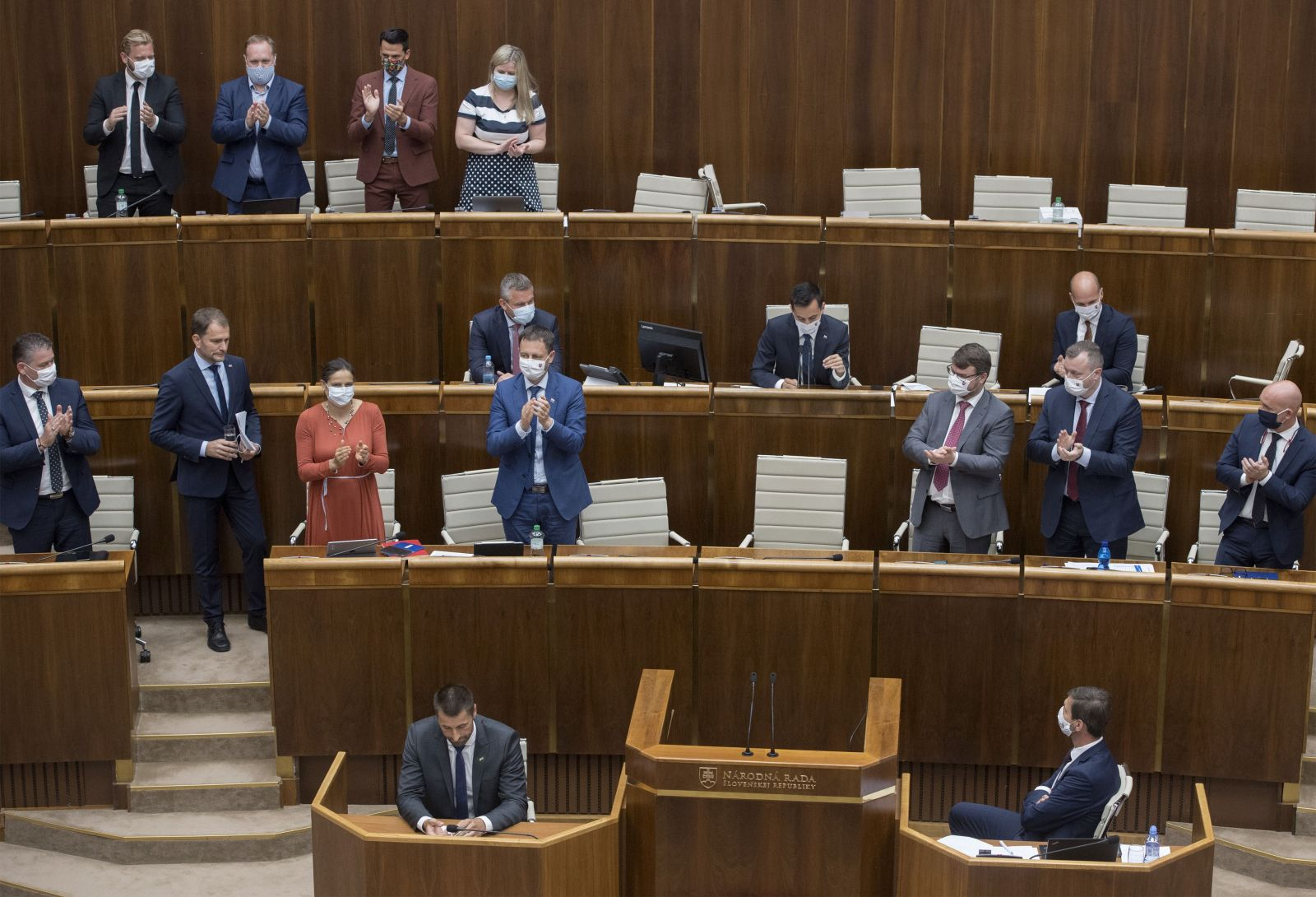Igor Matovič zožal dlhý potlesk po svojom prejave od ministrov a koaličných poslancov.