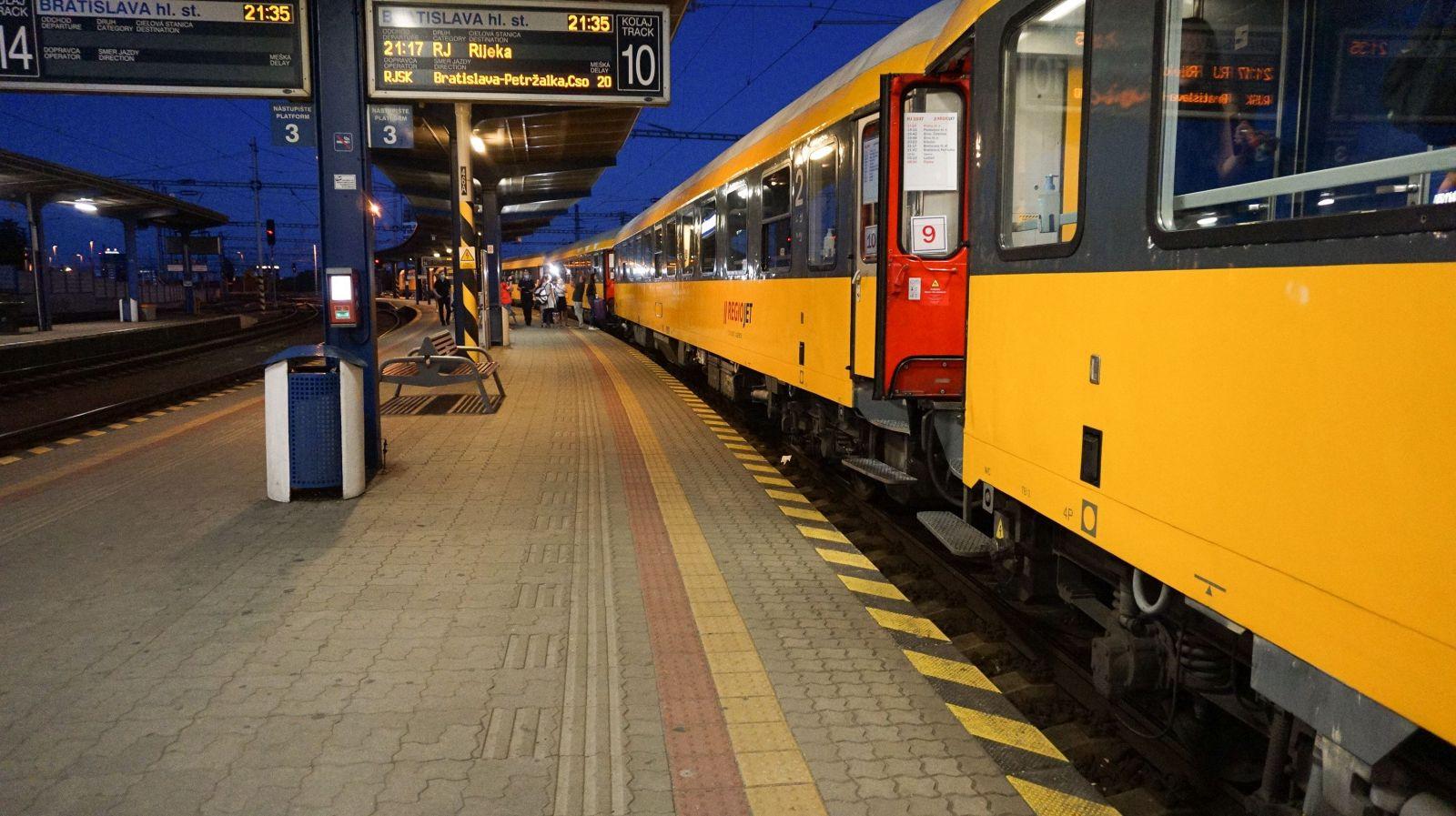 Včera odišli Slováci prvým vlakom do Chorvátska: Niektorí si pre istotu zbalili viac rúšok než ponožiek