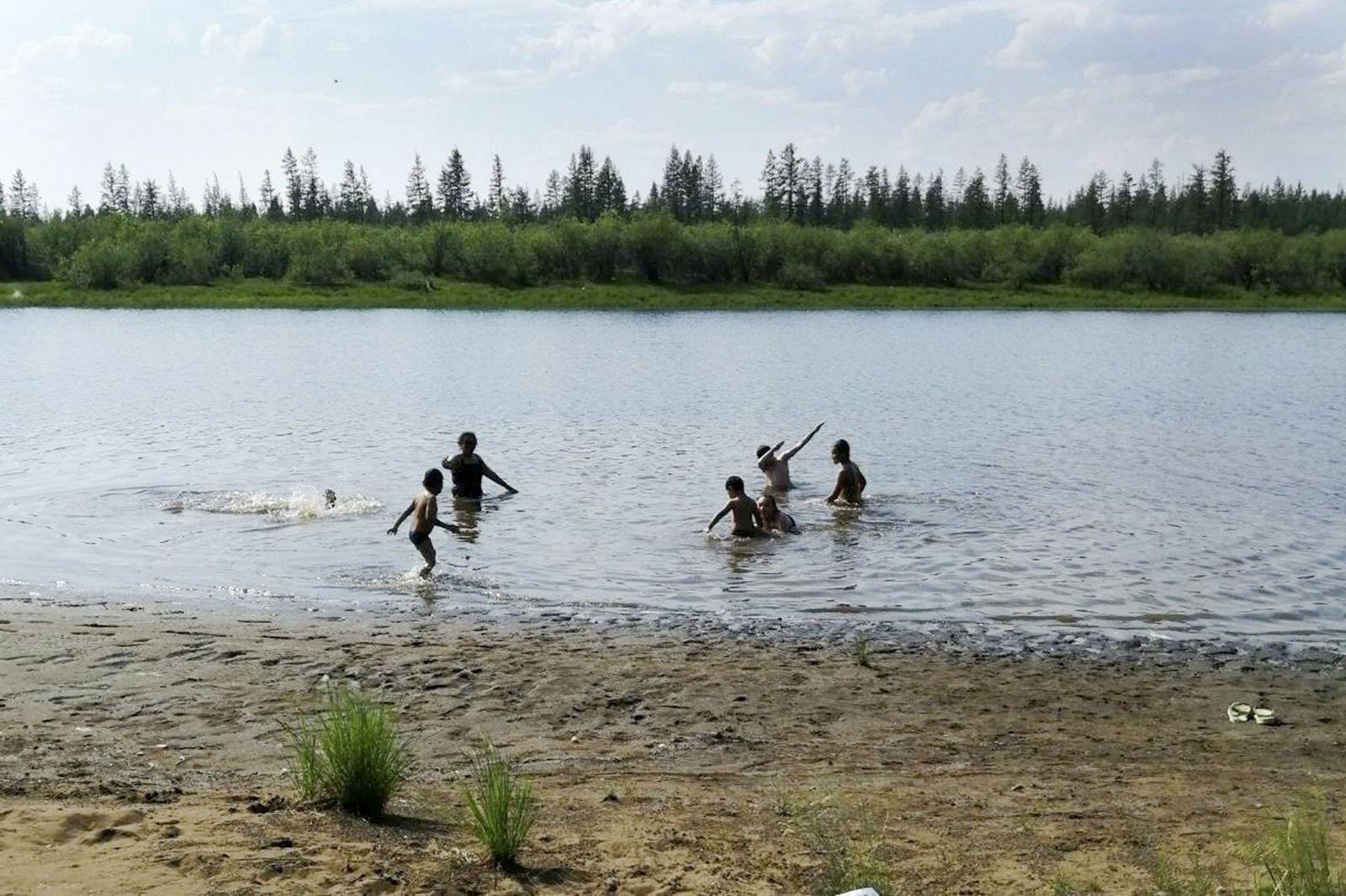 Jazero pri meste Verchojansk na ruskom Ďalekom východe. Deti sa vo vode pohodlne kúpali, nachádza sa pritom ďaleko za severným polárnym kruhom.
