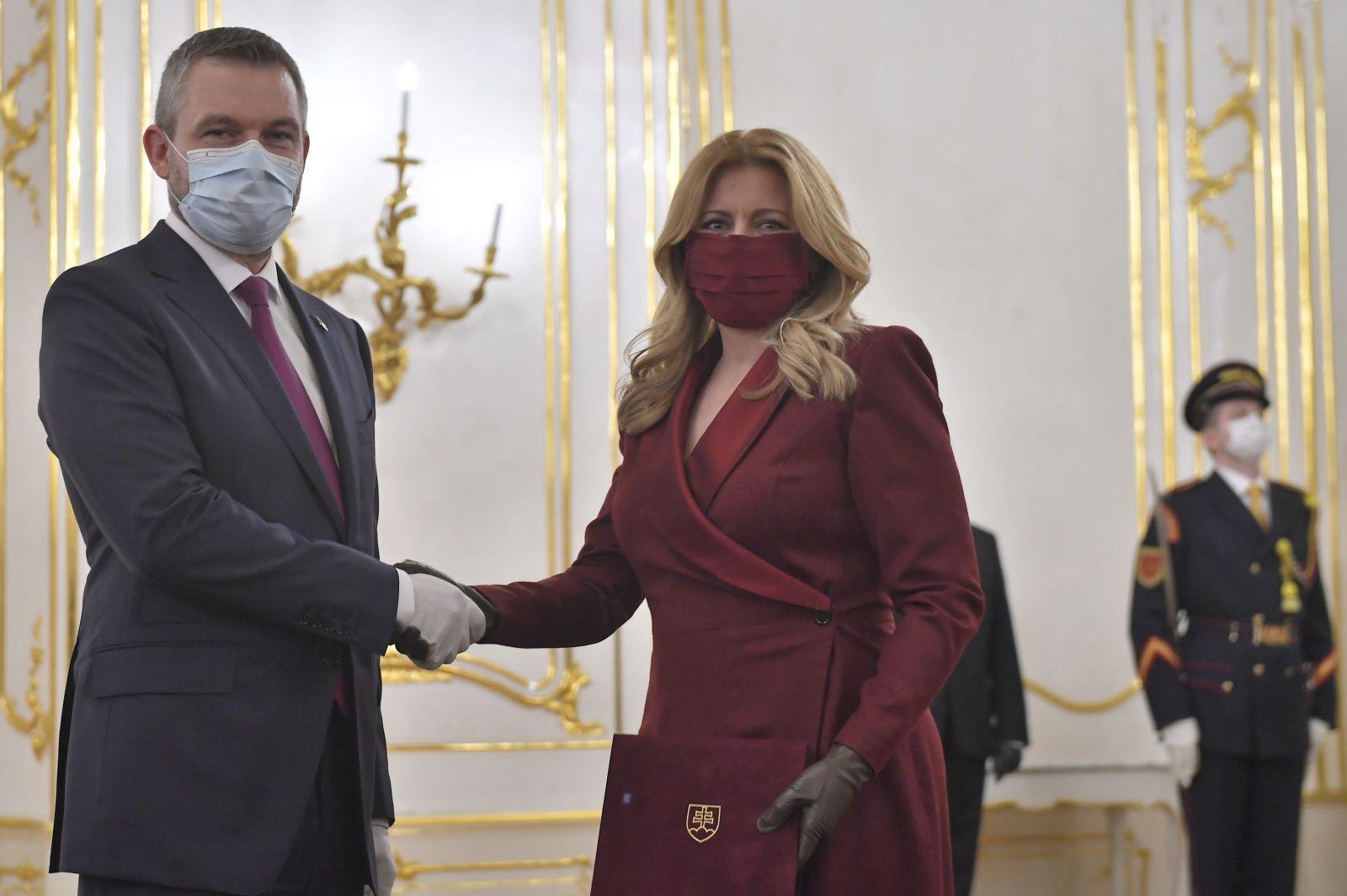 Na snímke vpravo prezidentka SR Zuzana Čaputová prijíma od odchadzajúceho predsedu vlády SR Petra Pellegriniho demisiu vlády SR