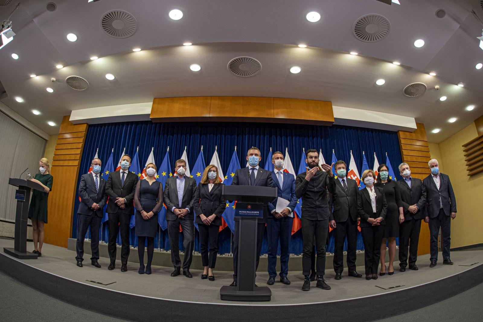 Na snímke uprostred predseda vlády SR Peter Pellegrini informuje médiá na tlačovej konferencii po mimoriadnom rokovaní vlády, na ktorom vyhlásil stav núdze.
