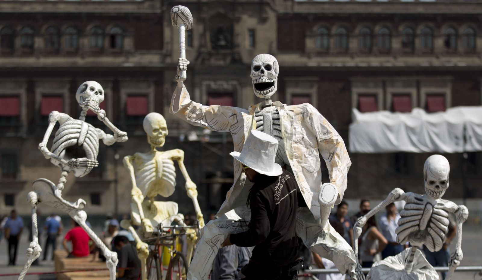 Umelec nesie svoje dielo v podobe kostry počas príprav na oslavy sviatku Dňa mŕtvych v Mexico City,  29. októbra 2013.