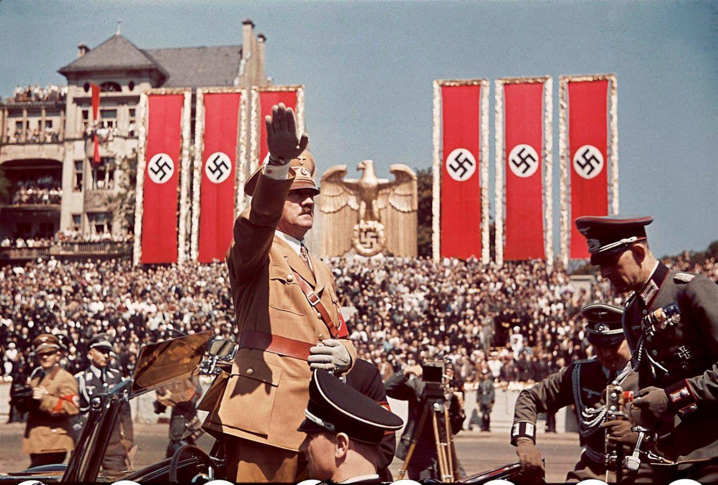 Adolf Hitler zdraví vojakov, ktorí bojovali po boku španielskych nacionalistov v Španielskej občianskej vojne, 1939.