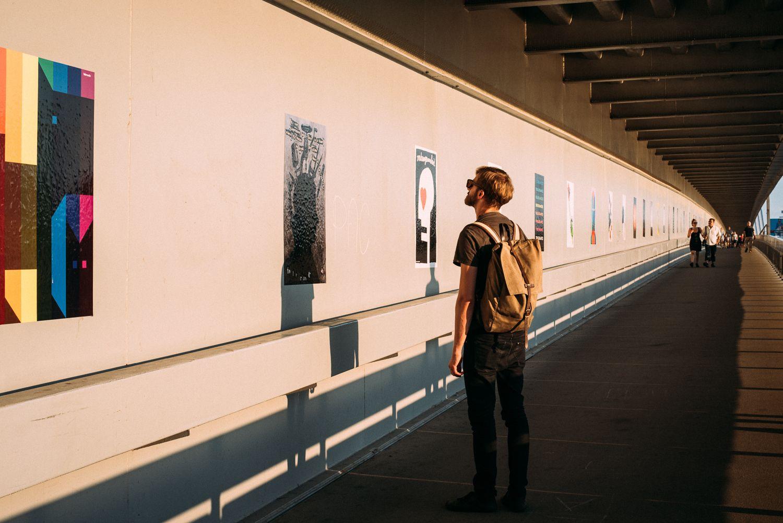 Protinacistické plagáty vystavené na Moste SNP niekto strhol. Boli tam nalepené v rámci výstavy o tolerancii