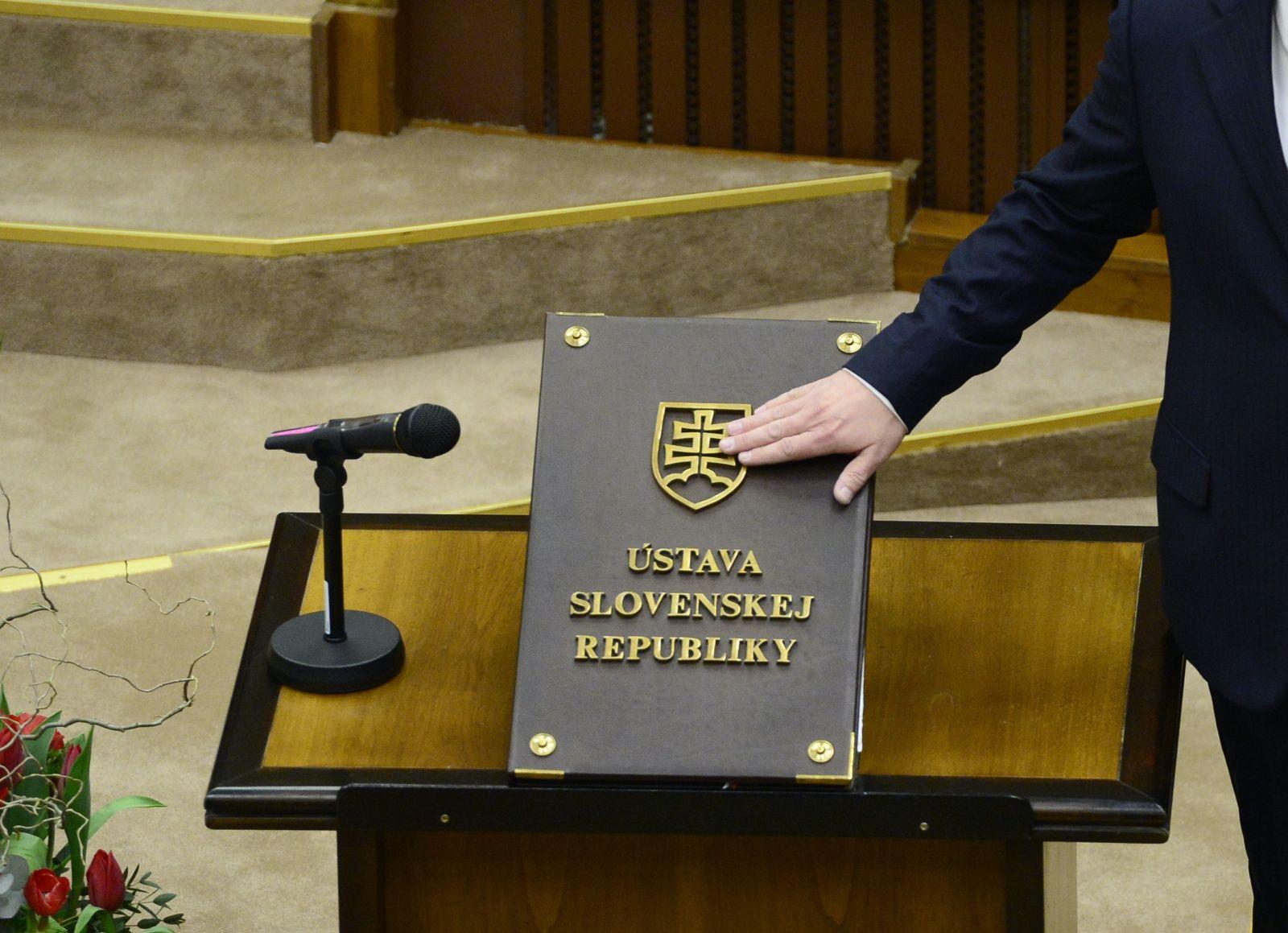 Novozvolení poslanci budú v piatok skladať sľuby s rúškami a gumennými rukavicami