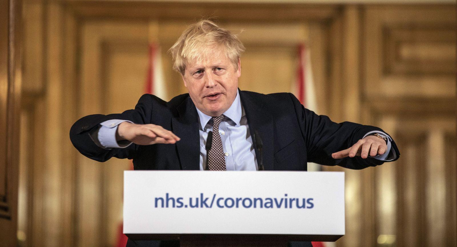 Briti menia stratégiu boja s koronavírusom. Uvedomili si, že by to spôsobilo stovky tisíc mŕtvych