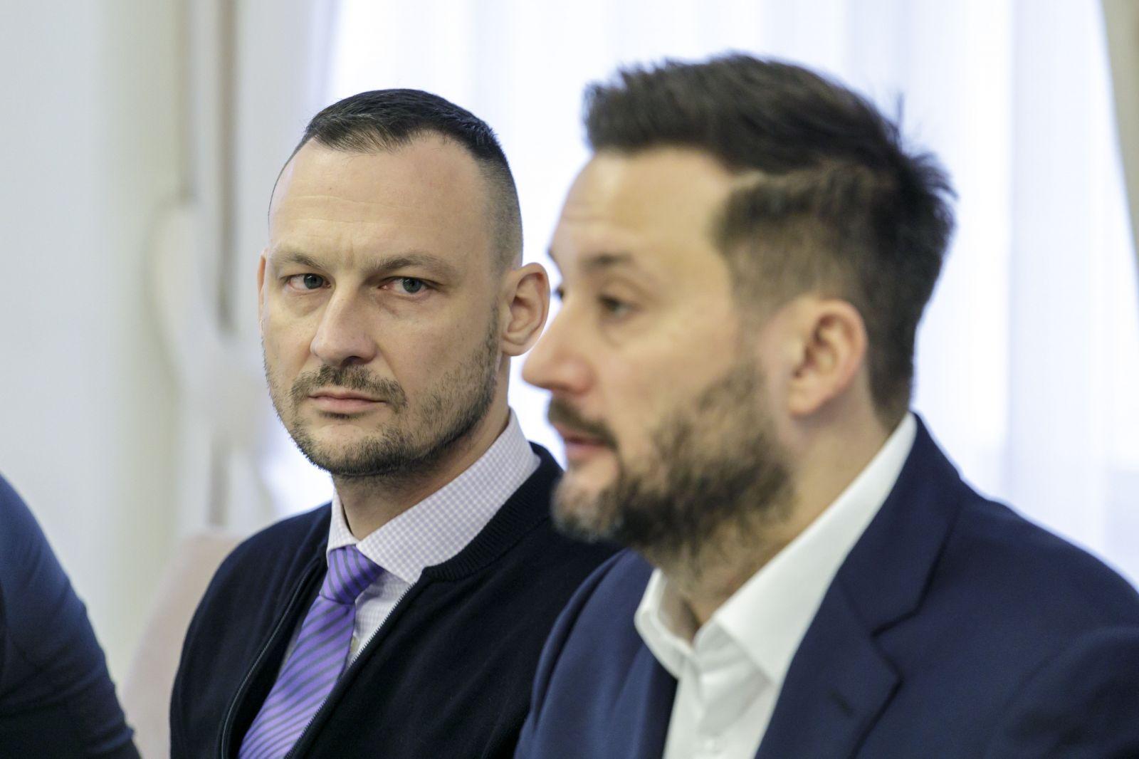 Naľavo náčelník policajtov Marek Gajdoš, napravo primátor Matúš Vallo.